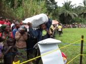 A la sortie, les familles se réjouissent et s'apprêtent à retourner à leur village, parfois jusqu'à trois heures de marche.