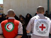 Le CICR et le Croissant-Rouge irakien pendant une distribution de secours à des personnes déplacées à Bagdad. © ICRC/T. Hassoon