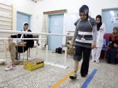 A patient learning to walk at the ICRC physical rehabilitation centre in Erbil. /ICRC /P. Krzysiek