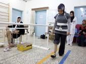 Un patient réapprend à marcher au centre de réadaptation physique du CICR à Erbil. © ICRC / P. Krzysiek
