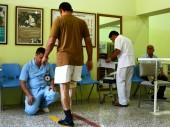 伊拉克,埃尔比勒,红十字国际委员会假肢康复中心。一名技师正在帮助一名男子适配假肢。 S. Dabbakeh