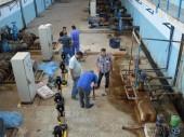 Des ingénieurs du CICR supervisent le travail d'entretien dans une usine de production d'eau. © ICRC / M. Faez