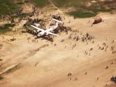 2015年5月26日,南苏丹,莱尔的居民聚集在给这个偏远城镇送来高粱的红十字国际委员会飞机周围。