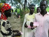 До начала сброса продовольствия МККК регистрирует семьи. Каждой выдается талон, что облегчает процесс раздачи.