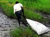 Каждый мешок вкладывают еще в шесть, чтобы продукты не пострадали от неблагоприятных условий в зоне сброса.