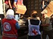 ICRC and Syrian Arab Red Crescent (SARC) teams delivering much needed medicines to the people of Mouadamiya.