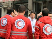 Clínica Adnan Al-Maarabani, Barzeh. Presidente do CICV com voluntários do Crescente Vermelho Árabe Sírio.