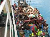 坦桑尼亚,基戈马。布隆迪难民乘坐小船摆渡到大船上。CC BY-NC-ND/ICRC/L. Kamau
