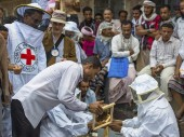 Le CICR forme des apiculteurs dans le gouvernorat d'Al Dhalea pour les aider à subvenir aux besoins des familles.