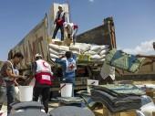 Une équipe du CICR/CR distribue des biens de première nécessité aux familles déplacées par les combats à Al Mudiah.