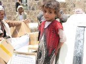 Bani Hushaish, Sana'a, Yemen. A child waits for food distributed by the ICRC and the Yemeni Red Crescent./ CC BY-NC-ND/ICRC