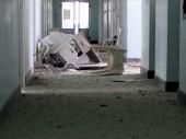مدينة تعز، مستشفى الثورة. تناثر الركام وقطع الأثاث في أحد ممرات المستشفى.
