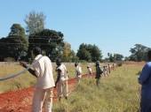 Detentos da Penitenciária Agrícola de Chikurubi preparam a instalação de cabos de eletricidade.