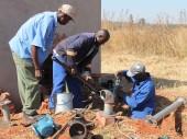 Engenheiros da ZINWA conectam as sondas aos reservatórios de água que abastecem os detentos, funcionários e famílias.