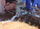 监狱官员在泵房测试系统,以确保抽出的水输向水库。