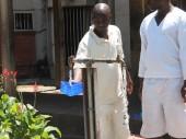 Um detento da Penitenciária de Segurança Máxima de Chikurubi serve-se de água potável em um ponto de distribuição de água.