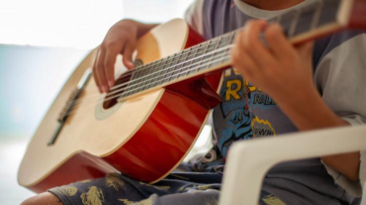 'É uma forma de se expressar': música para adolescentes brasileiros e migrantes em abrigo no Brasil