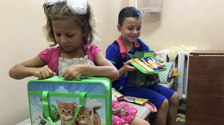 Крымский полуостров: раздача школьных наборов для переселенцев с востока Украины