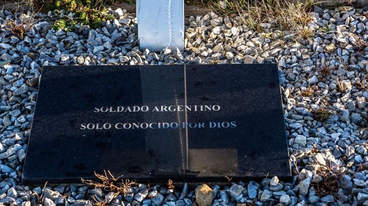 Ilhas Falkland/Malvinas: trabalho do CICV para identificar os soldados argentinos sepultados no cemitério de Darwin continua como previsto