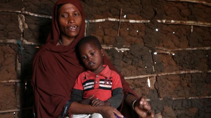 肯尼亚沿海村庄旱灾严重 民众用盐水充饥