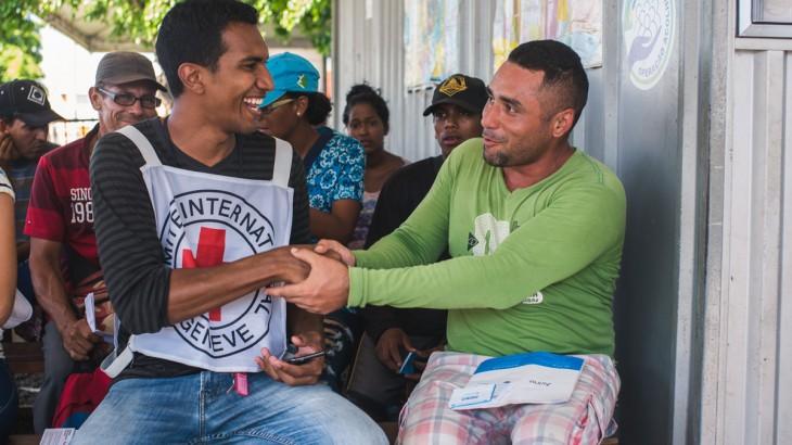 Más personas migrantes podrán comunicarse con sus familiares en la frontera con Venezuela