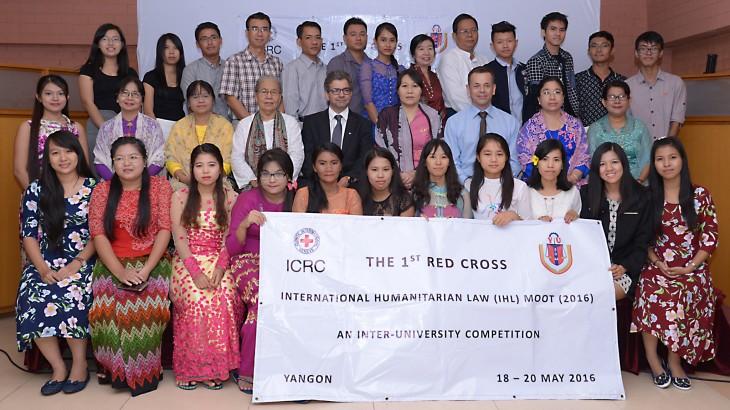 缅甸学生参加该国首届模拟法庭竞赛