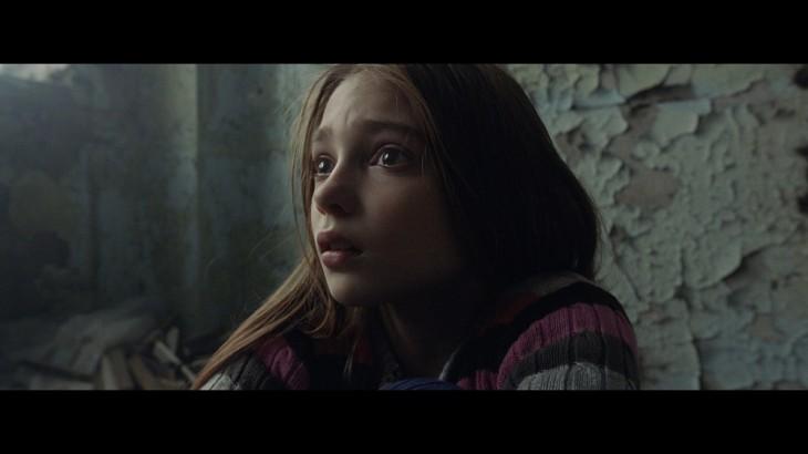 سانتا كلوز يبحث عن طفلة وحيدة وسط مدينة مدمرة