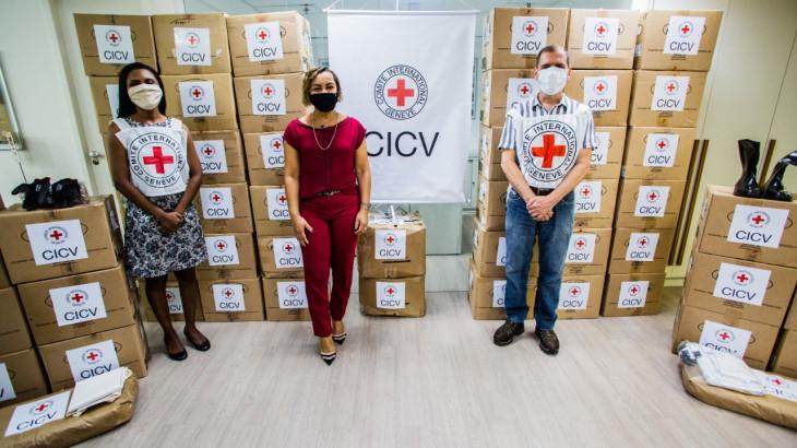 Brasil: CICV doa equipamentos de proteção individual para abrigos municipais do Rio