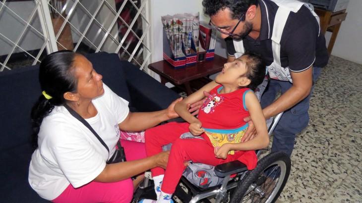 Colômbia: cadeira de rodas sob medida transforma vida de uma menina com paralisia cerebral