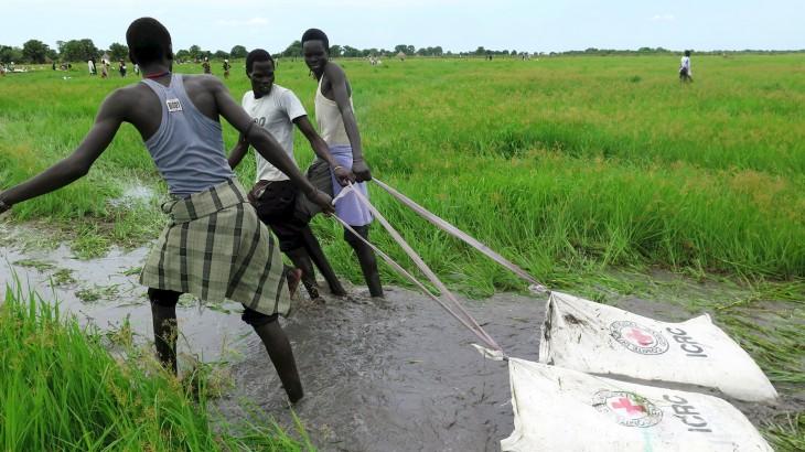 Южный Судан: продовольствие сбрасывают с воздуха в болота