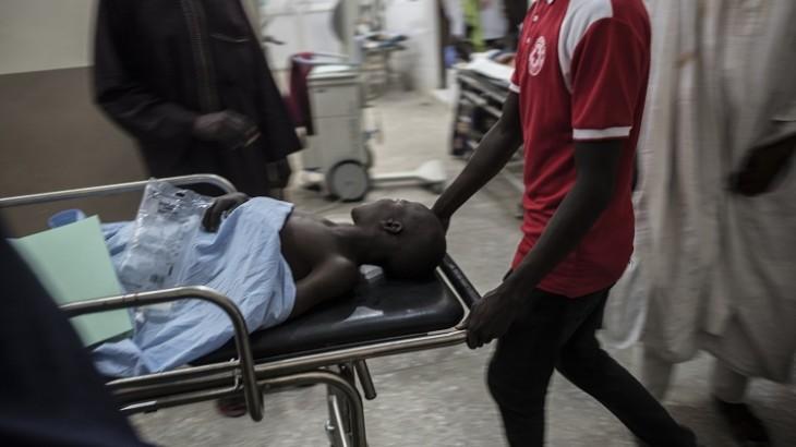 尼日利亚:红十字国际委员会外科医疗队在空袭过后照顾伤员