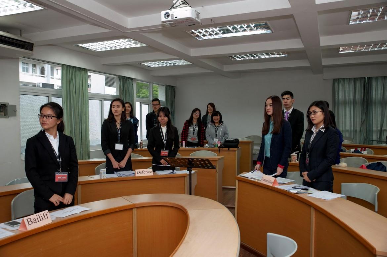 2015年12月5日,初赛庭辩开始前,全体起立向法官表示敬意。
