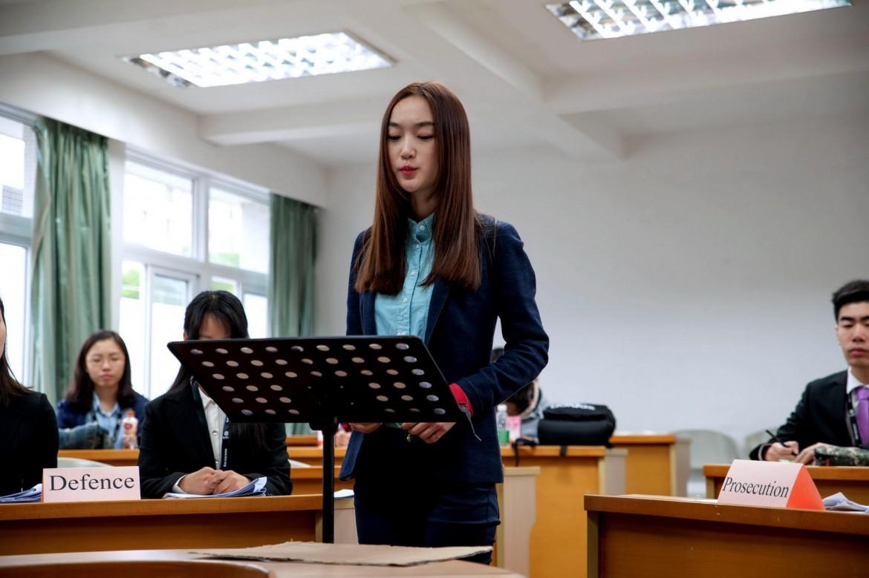 2015年12月5日,武汉大学的辩手邱慧心在第一场初赛中进行陈述。