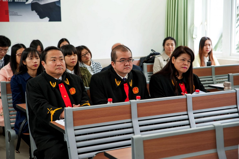 2015年12月5日,法官们认真聆听辩手的发言。