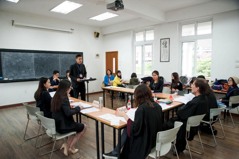 2015年12月5日,上海政法学院国际法学院的辩手王肖炫在第一场初赛中进行庭辩。