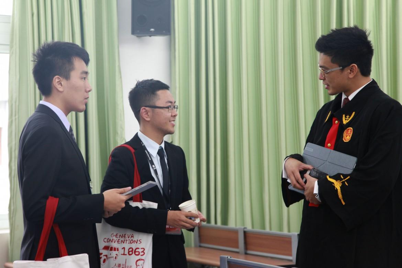 2015年12月5日,来自香港的法官伍中彥(Ernest Ng)与广州大学的两名选手在赛后进行交流。