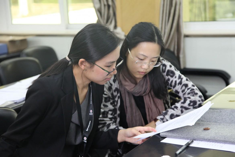 2015年12月5日,红十字国际委员会法律顾问宋天英与厦门大学法学院张膑心老师在协调竞赛细节。