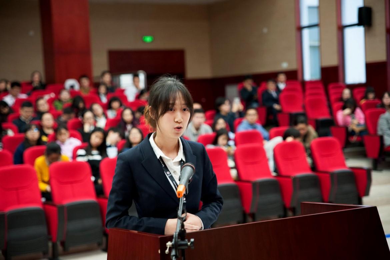 2015年12月6日,外交学院的辩手向媛媛在争夺第三名的比赛中进行庭辩。