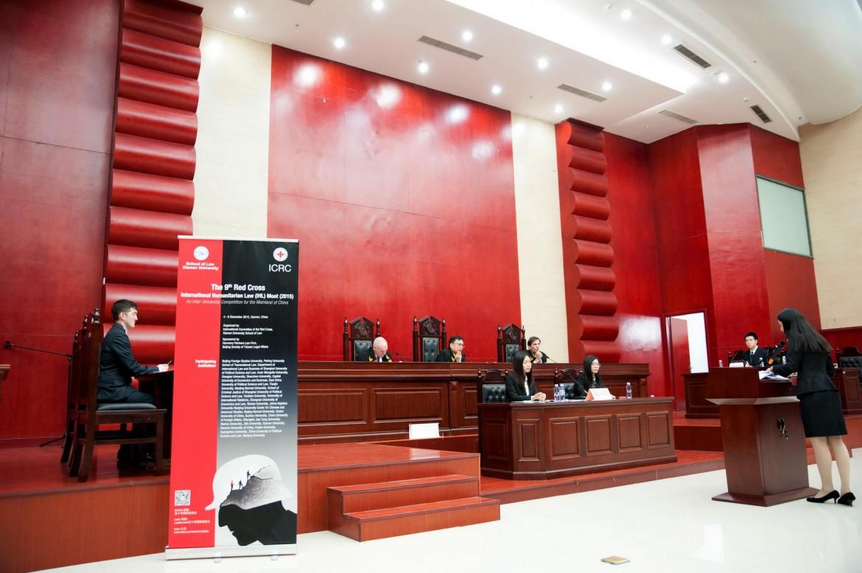 2015年12月6日,南京大学- -约翰斯·霍普金斯大学中美文化研究中心的辩手李紫薇在决赛中进行庭辩。