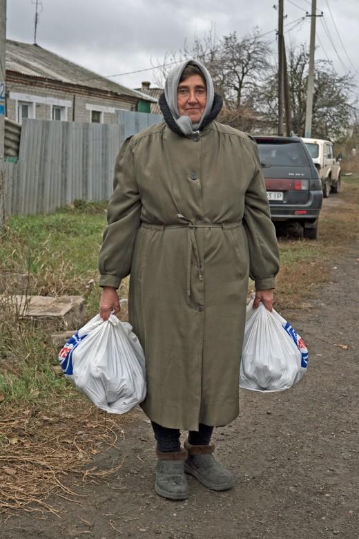 2016年,乌克兰,沃佳内。这名妇女拿着红十字国际委员会派发的面包。