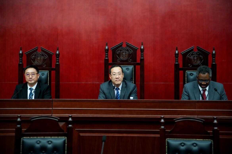 2015年12月6日,闭幕式主席台上的嘉宾从左至右依次为:帅和律师事务所主任沈腾、厦门大学法学院副院长朱炎生和红十字国际委员会东亚地区代表处副主任奥斯力先生。
