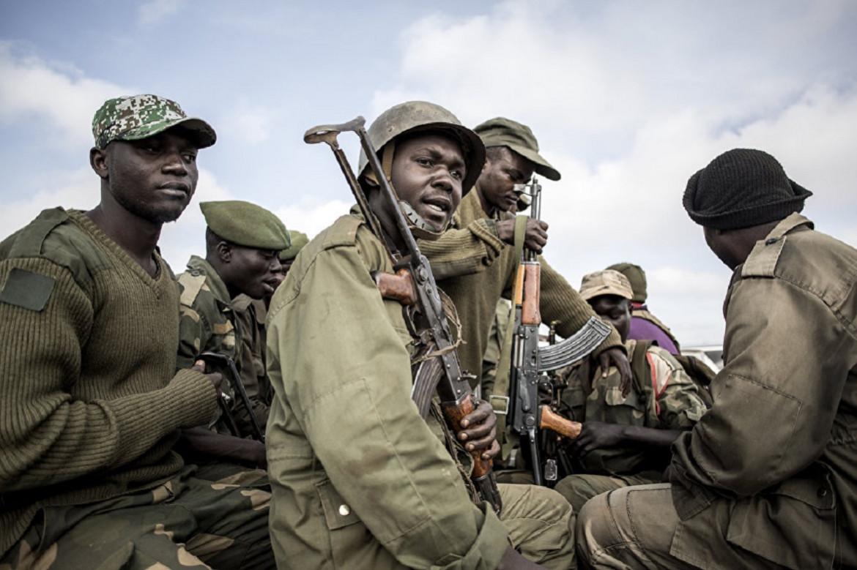 18 mai 2019, Butembo. Des soldats des forces gouvernementales se préparent à accompagner des membres du personnel médical engagés dans la lutte contre Ebola lors de leur tournée à travers la ville et dans les environs.
