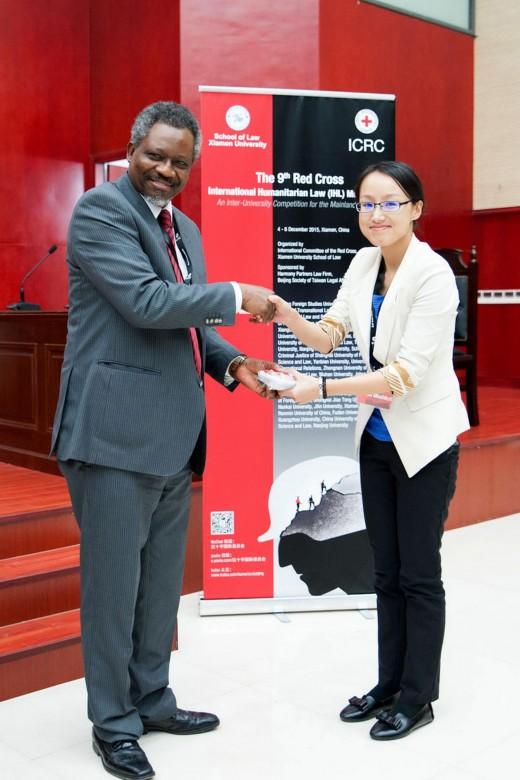 2015年12月6日,红十字国际委员会东亚地区代表处副主任奥斯力先生向南京大学- -约翰斯·霍普金斯大学中美文化研究中心颁发辩方最佳书状奖。