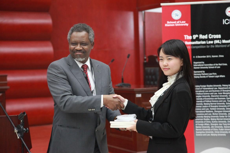 2015年12月6日,红十字国际委员会东亚地区代表处副主任奥斯力先生向外交学院颁发控方最佳书状奖。