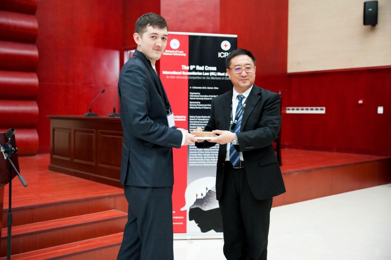 2015年12月6日,帅和律师事务所主任沈腾先生向南京大学- -约翰斯·霍普金斯大学中美文化研究中心的邓超伟颁发最佳辩手奖。