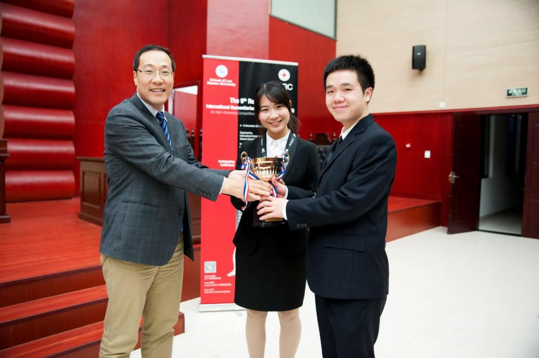 厦门大学法学院副院长朱炎生为中国政法大学代表队颁发冠军奖杯。