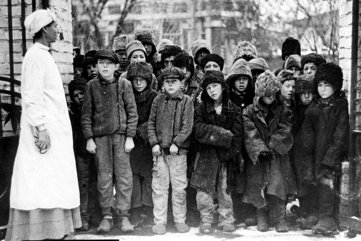 خلال المجاعة الكبرى في روسيا، 1921 – 1923. إغاثة الأطفال النازحين.