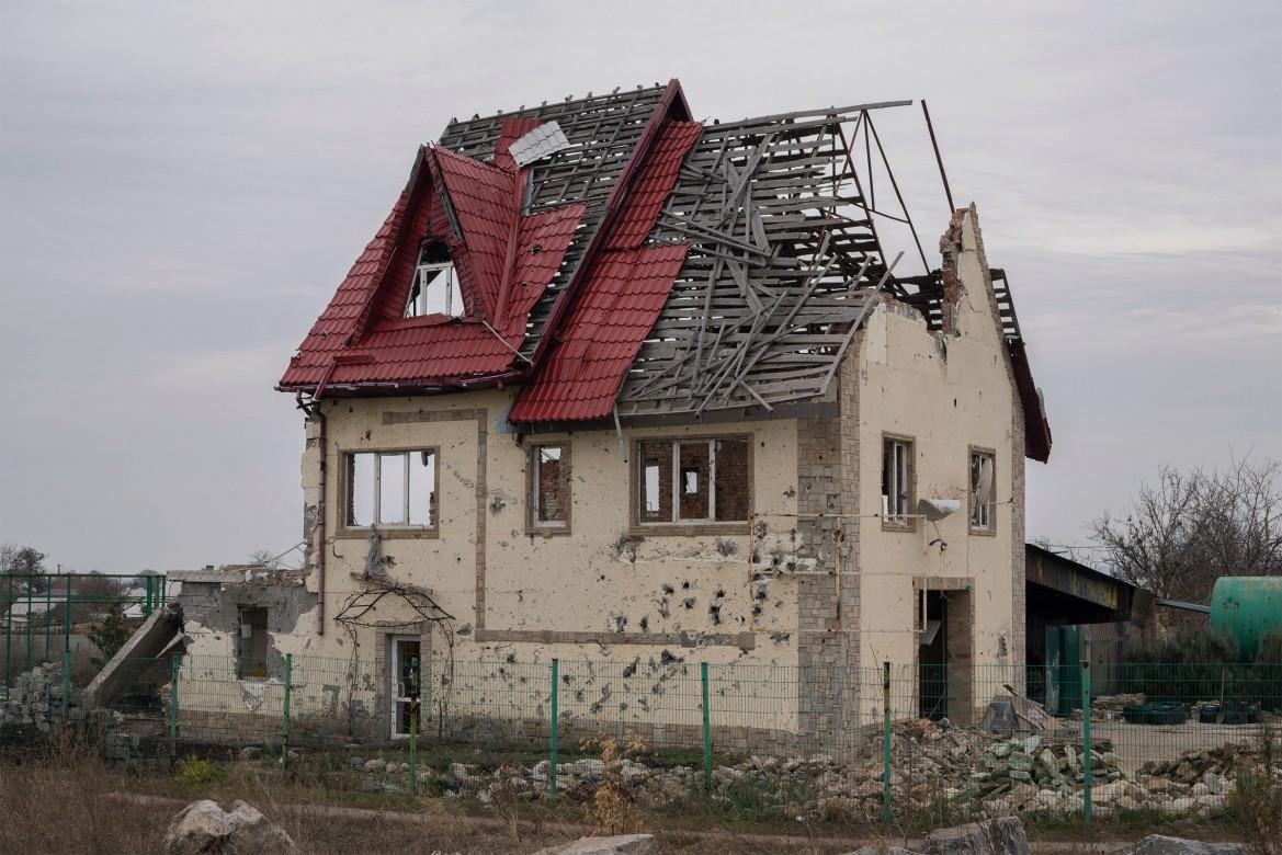 2016年,乌克兰,塞梅尼夫卡。一座在战火中被毁的房子。