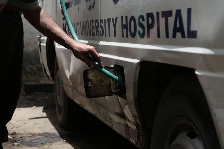 萨那的科威特(Al-Kuwait)医院,救护车的汽油用光了,必须以虹吸方式从另一辆车输油。