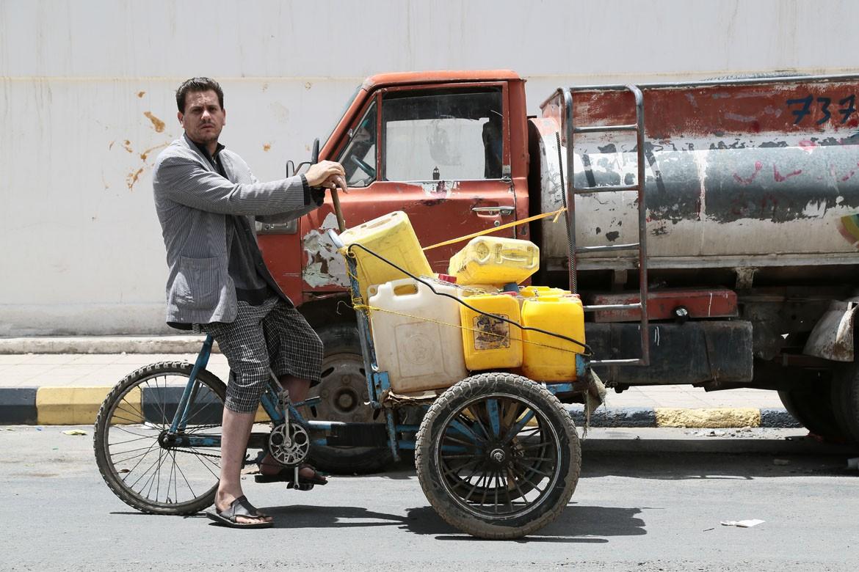 这种情况在全国各地都很常见。供水供电也出现短缺。一个月来,穆罕默德•叶海亚(Mohammad Yahya)骑着自行车跑遍了萨那,到处寻找水和燃料。